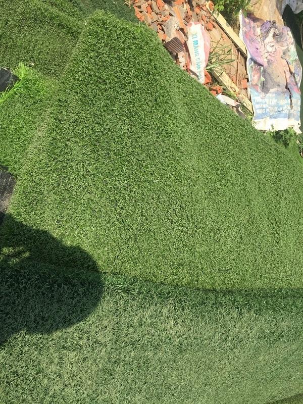 thảm cỏ nhân tạo cũ